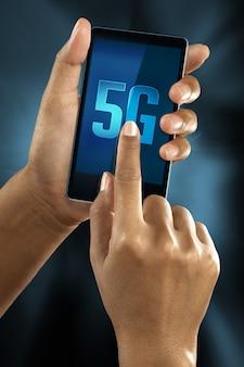 Un doigt de femme se connecte au réseau 5g sur un téléphone intelligent