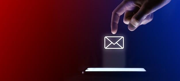 Le doigt de l'homme clique sur l'icône de lettre de courrier électronique ouvert.symbole de plus pour l'interface utilisateur de conception de votre site web. qui est une projection virtuelle depuis un téléphone mobile. néon, lumières bleues rouges.
