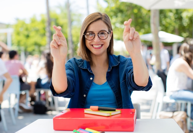 Doigt de jeune femme traversant à l'université
