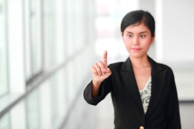 Doigt pointé de femme d'affaires