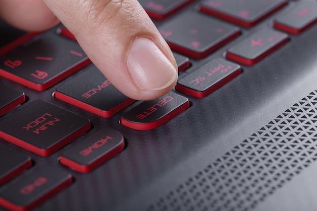 Doigt en poussant le bouton de suppression sur le clavier d'ordinateur portable