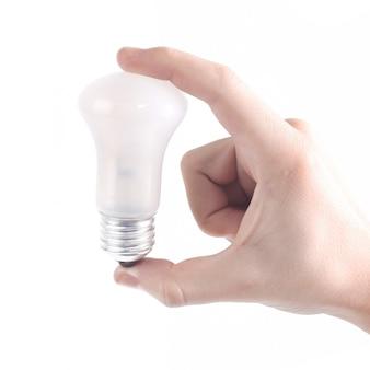 Doigt touchant l'ampoule.isolé sur fond blanc.