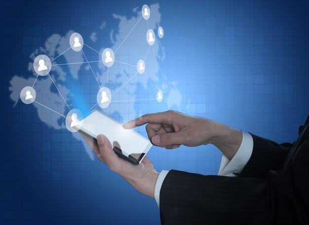 Doigt toucher un écran mobile avec carte du monde arrière-plan