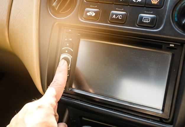 Les doigts appuient sur des boutons.