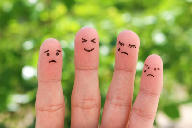 Doigts l'art des gens. pessimistes et optimistes.