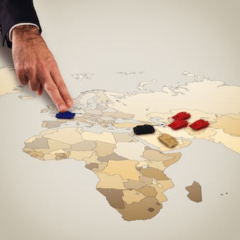 Les doigts déplacent les chars sur la carte géographique