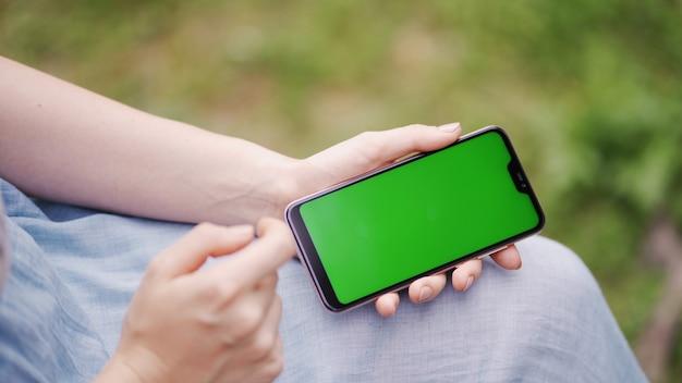 Doigts d'écran tactile de fille de gros plan de smartphone