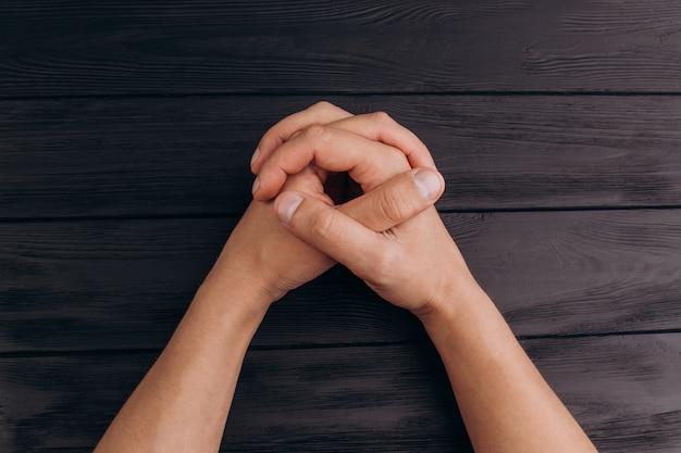 Doigts imbriqués, mains mâles blanches imbriquées