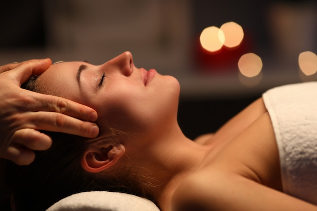 Doigts massage tête à belle fille