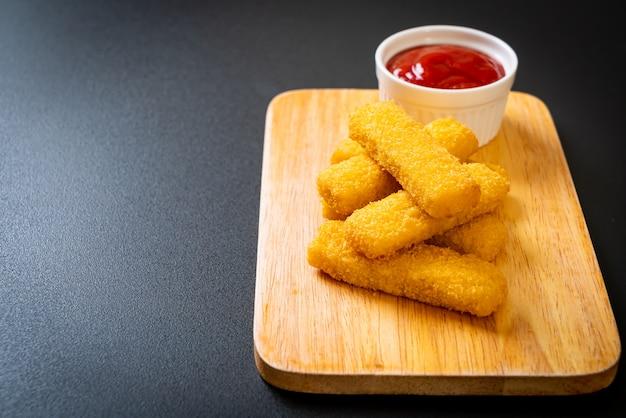 Doigts de poisson frits croustillants au ketchup