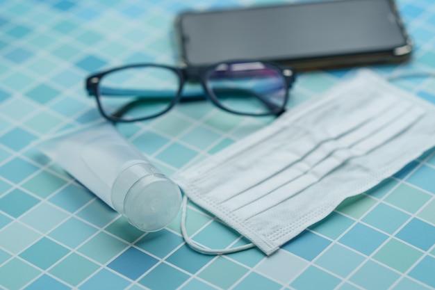 Doit avoir des articles: téléphone intelligent, masque protecteur, lunettes et gel désinfectant, virus corona ou protection covid-19.