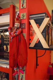 Doll accroché sur une étagère