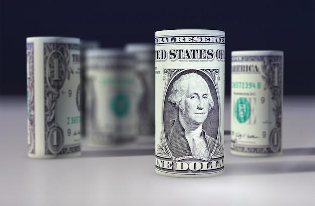 Le dollar américain 1 dollar roulé sur le noir