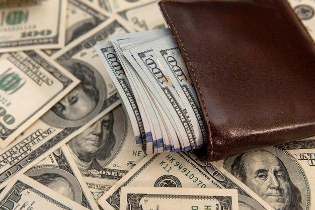 Dollar américain dans un portefeuille en cuir foncé, concept financier