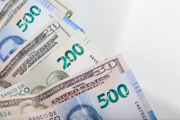 Dollar américain et pesos mexicains sur fond blanc