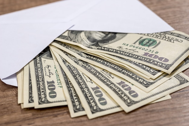 Dollar dans une enveloppe sur le bureau. concept d'épargne.