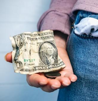 Un dollar et petite caisse seulement, poche vide. pas d'argent. crise économique, pauvreté, concept de chômage. conséquences de l'isolement des personnes atteintes de coronavirus pendant la quarantaine. taux d'inflation. croissance des prix.