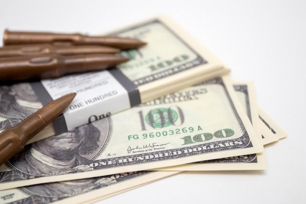 Dollars américains avec des armes. balles et dollars américains