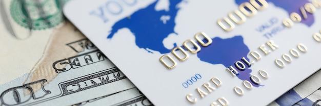 Dollars américains et carte en plastique se trouvent sur la table de la banque