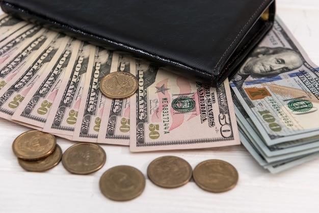 Dollars américains et cents dans un portefeuille en cuir foncé. concept financier d'entreprise.