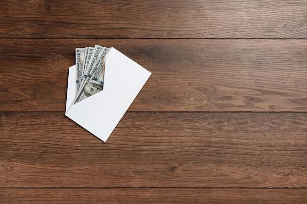 Dollars américains dans une enveloppe blanche