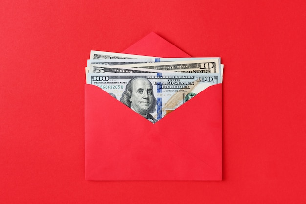 Dollars américains dans une enveloppe rouge.