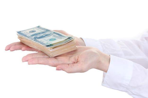 Dollars américains dans les mains d'une femme sur fond blanc