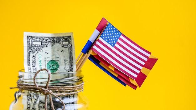 Dollars américains avec les drapeaux des pays du monde, concept de voyage, argent du monde, économiser pour le voyage