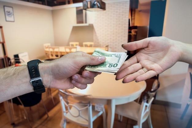 Des dollars américains entre les mains après un contrat de location réussi