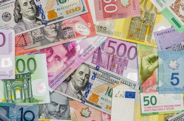 Dollars américains, euro européen, franc suisse, dollar canadien, billets d'un dollar australien