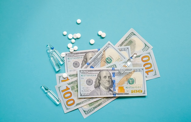 Dollars américains et pilules, ampoules contenant des médicaments