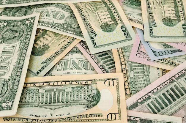 Dollars américains sont dispersés avec différents monuments commémoratifs