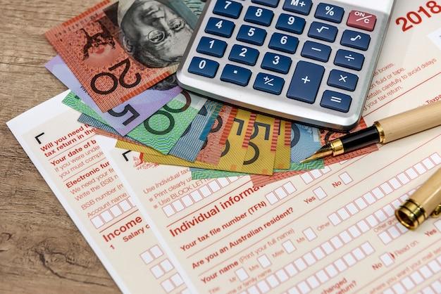 Dollars australiens avec calculatrice et formulaire d'impôt