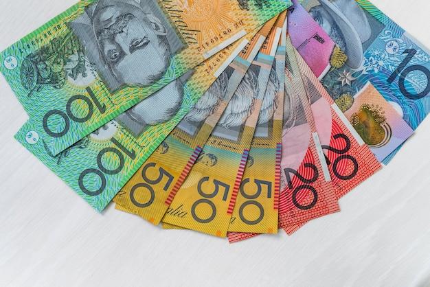 Dollars australiens colorés portant sur une table en bois