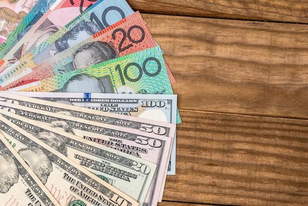Dollars australiens et dollars américains sur la table.