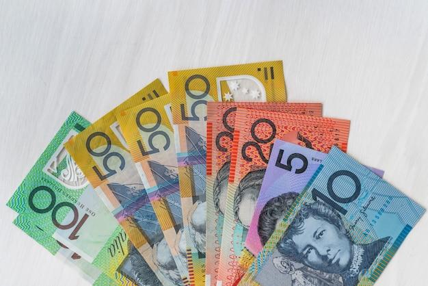 Dollars australiens en ventilateur sur table en bois, gros plan