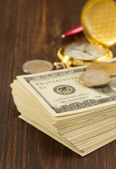 Dollars billets en argent sur bois