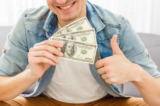 Dollars dans les mains de l'homme.