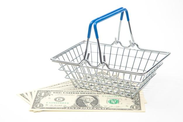 Dollars et panier pour l'épicerie du marché sur fond blanc