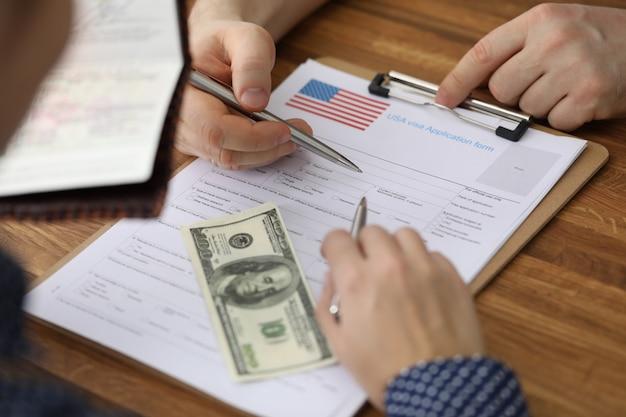 Les dollars et le passeport sont un formulaire de demande de visa usa