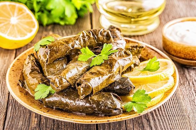 Dolma, feuilles de vigne farcies avec du riz et de la viande sur fond sombre, mise au point sélective.