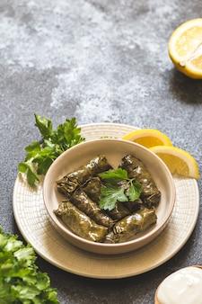 Dolma - feuilles de vin grec farcies (dolmades) sur fond de béton gris