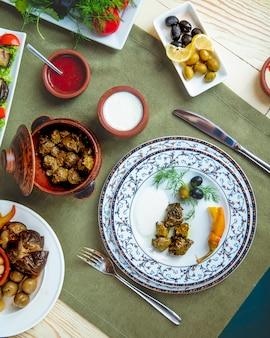 Dolma servi avec des olives de yogourt nature et de la sauce