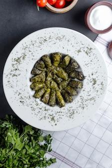 Dolma servie avec des herbes et du yaourt nature