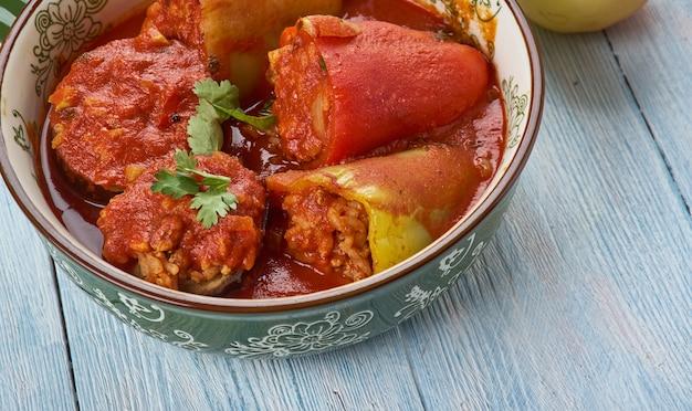 Dolmas, légumes farcis des balkans, cuisine de la cuisine des balkans, plats traditionnels assortis, vue de dessus.