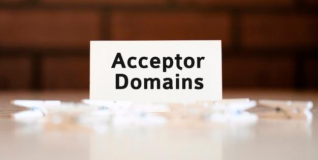 Domaines d'accepteur - concept de texte sur un fond de brique et se trouvent des broches blanches
