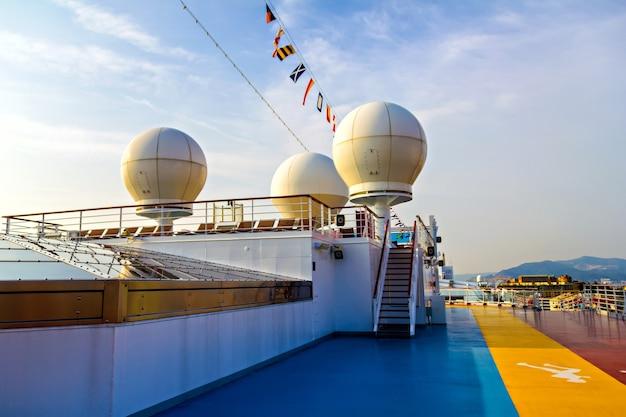 Dôme d'antenne satellite sur un bateau de croisière