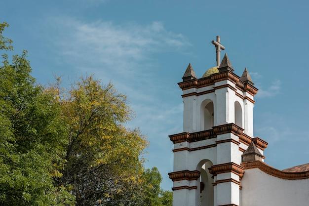 Dôme d'église avec une croix et des nuages et un ciel bleu en arrière-plan
