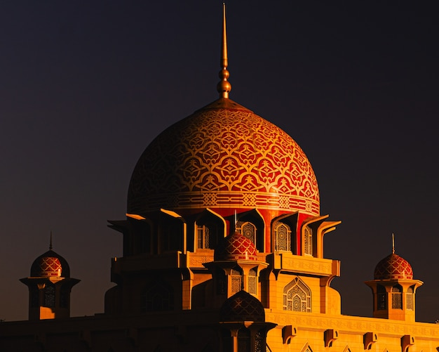 Dôme de la mosquée de putra en malaisie au coucher du soleil