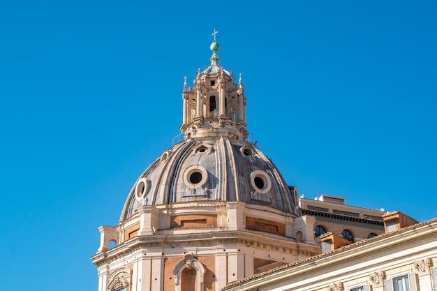Dôme de santa maria di loreto et chiesa del santissimo nome di maria al foro traiano églises de la piazza venezia à rome, italie